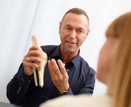 Dr. med. Maximilian Lederer erklärt das Kniegelenk