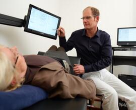 Dr. med. Ingo Pfeiffer im Patientengespräch